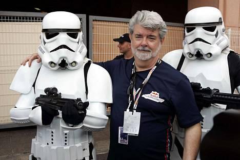 Ohjaaja George Lucas stormtrooperien suojeluksessa.