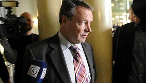Ilkka Kanerva kommentoi vaalirahajupakkaa eduskunnassa 28. tammikuuta.