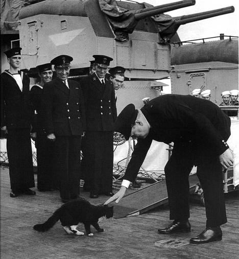 Churchill menossa tapaamaan presidentti Rooseveltia vuonna 1941. Sitä ennen kuitenkin laivan kissaa on tervehdittävä.