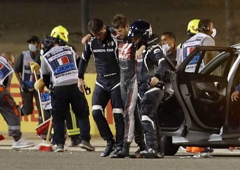 Rata- ja lääkintähenkilökunta saapui nopeasti Grosjeanin törmäyspaikalle.