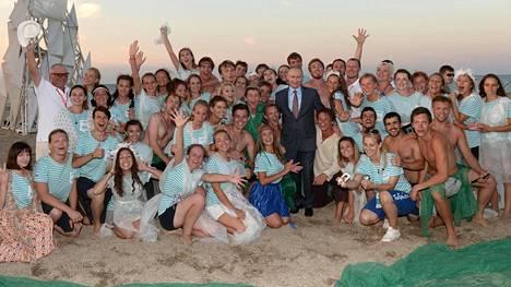 Vladimir Putin poseeraa yhdessä nuorisofoorumin osallistujien kanssa 19. elokuuta Krimin niemimaalla.