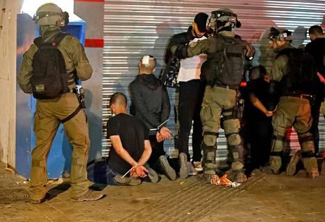 Israelin poliisi pidätti arabeja Lodissa torstaina.