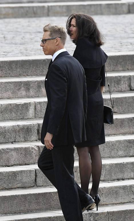 Kansanedustaja Alexander Stubb (kok) saapui hautajaisiin vaimonsa Suzanne Innes-Stubbin kanssa.