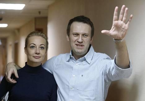Julia Navalnaja kulkee miehensä mukana osoittamassa tukeaan.