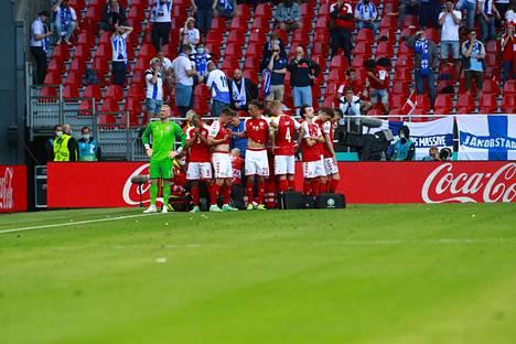 Tanskan pelaajat kerääntyivät Eriksenin ympärille.