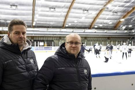TURKU: TPS:n U16-kiekkoilijat harjoittelivat Impivaaran jäähallissa tiistaina. Huoltajat Jussi Salminen ja Ville Mikkonen kertovat, että pukukoppiaika yritetään pitää minimissä eikä esimerkiksi jäädä hallille suihkuun.