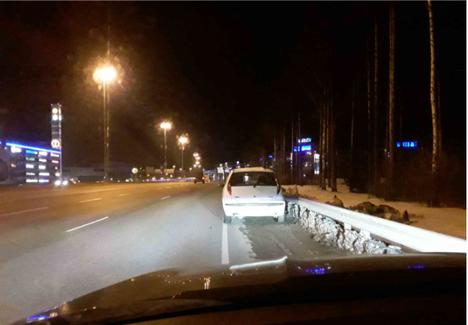 Saarelman viime vuoden marraskuussa tien viereen jäänyt auto.