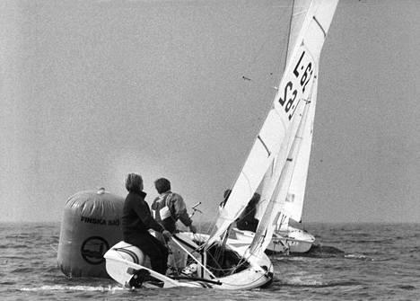 Georg Tallberg (oik.) on 470-luokan olympiamitalisti Jouko Lindgrenin kanssa vuodelta 1980. Kuvassa kaksikko purjehtii vuoden 1981 SM-kisoissa.