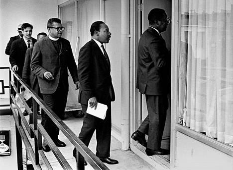 Martin Luther King ja James Lawson (Kingin takana) Memphisin Lorraine-hotellin parvekkeella huhtikuun 3. päivänä 1968. Seuraavana päivänä salamurhaajan luoti tavoitti Kingin samalta parvekkeelta.