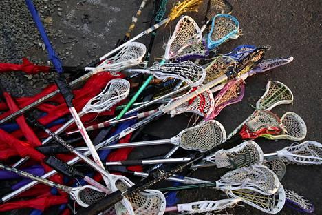 Joku keksi yhdistää lacrosse-mailat ja sateenvarjot.