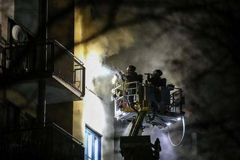 Pelastuslaitos ja poliisi olivat paikalla läpi yön.
