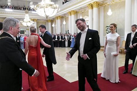 Iloinen Timo Harakka pääsi kättelemään presidenttiä.