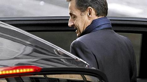 Nicolas Sarkozy synnytyssairaalan ulkopuolella.