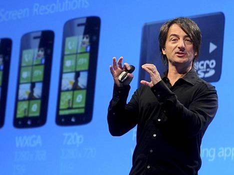 Joe Belfiore esitteli Windows Phone 8 -käyttöjärjestelmän kesäkuussa 2012.