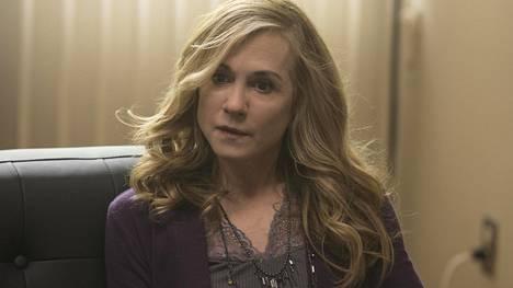 Holly Hunter näyttelee Here and Now -sarjassa perheen äitiä Audreytä, jonka avioliitosta on kadonnut hehku.