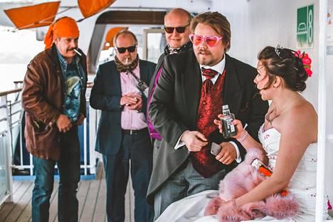 Morsiamen unelmahäät ruotsinlaivalla menevät pahemman kerran pieleen.