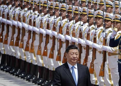 Rivit suoraan. Kiinan presidentti Xi Jinping tarkasti kunniakaartia, kun Kreikan presidentti Prokopis Pavlopoulos tuli vierailulle.