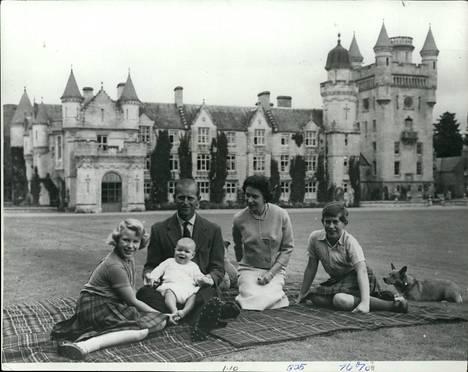 Kuningatar Elisabet ja prinssi Philip kolmen vanhimman lapsensa kanssa Balmoralin linnan edustalla vuonna 1960.
