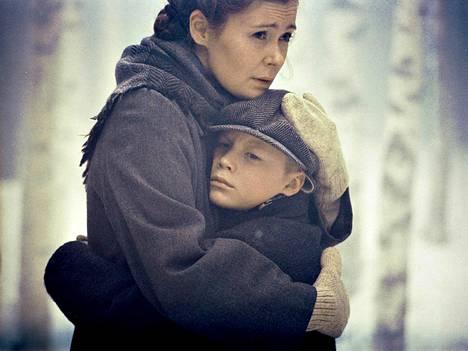 Elokuvassa sotalapsen tie käy äidin luota Ruotsiin.