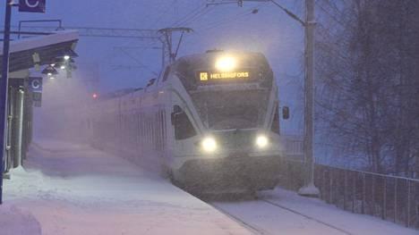 R:n lähijuna Tapanilan asemalla Helsingissä 12. tammikuuta 2021.