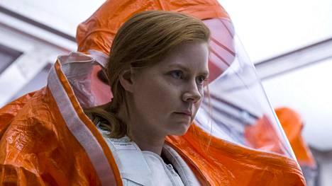 Amy Adams tekee vahvan roolin avaruusolennot kohtaavana kielitieteilijänä Louise Banksinä.