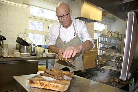 Televisiosta tuttu Markus Maulavirta vaihtoi Helsingin keittiöt taivalkoskelaiseen Saijan Lomakartanoon, jossa vieraat ovat pääsääntöisesti ulkomaalaisia.