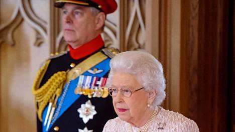 Kuningatar Elisabet antoi pojalleen käskyn jättää hovin.