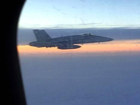 Suomen ilmavoimien hävittäjä seurasi lentoa tiistaina.