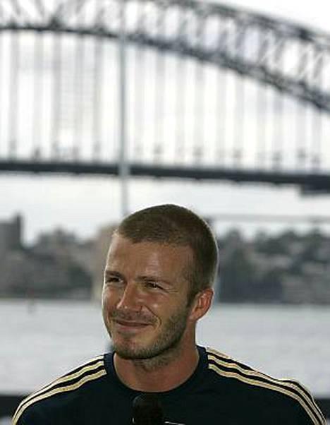 David Beckham ei huomannut häntä odottavia syöpälapsia hotellinsa edustalla.