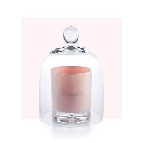 Jos kosmetiikka ei innosta, kokeile useimpien rakastamaa tuoksukynttilää. Lasikupu 29 € ja kynttilä 42 €, Balmuir.