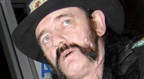 Lemmy Kilmister vetoaa naisiin rouhealla karismallaan.