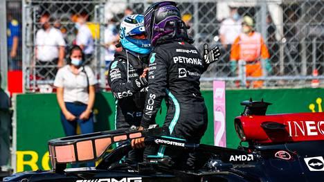 """Lewis Hamilton ja Valtteri Bottas pääsivät heittämään """"läpyt"""" aika-ajojen jälkeen vallattuaan eturivin sunnuntaiseen Unkarin GP:n starttiin."""