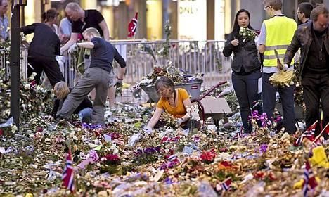 Oslon kaupunki on alkanut raivata pois kukkia, kynttilöitä ja surunvalitteluviestejä, jotka täyttivät Oslon tuomiokirkon edustan terrori-iskujen jälkeen.