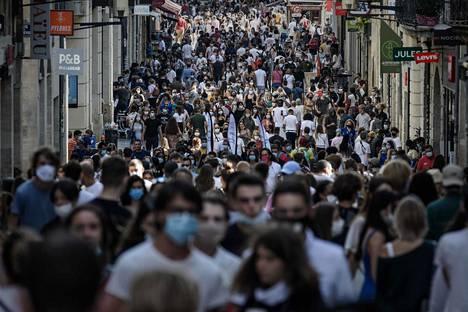 Kasvomaskeista on tullut koronapandemian myötä yleinen näky Euroopan kaupunkien katukuvassa. Kuva Ranskan Bordeaux'sta lauantailta.