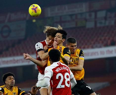 Arsenalin David Luizin (vas.) ja Wolverhamptonin Raul Jimenezin päät kolahtivat yhteen tässä pallontavoittelutilanteessa.