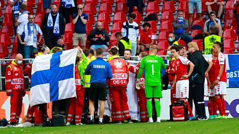 Tanskan pelaajat muodostivat muurin Parkenin nurmelle romahtaneen Christian Eriksenin ympärille ja suojasivat joukkuetoveriaan uteliailta katseilta.