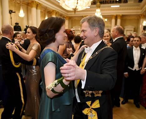 Tasavallan presidentti ja tämän puoliso tanssin pyörteissä viime vuonna Linnassa.