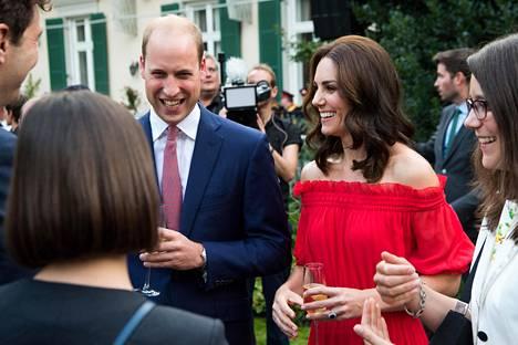 Prinssi William ja herttuatar Catherine seurustelivat vieraiden kanssa Berliinissä
