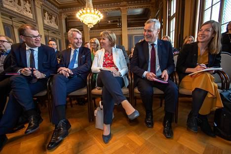Hallitusneuvotteluissa oli mukana viisi puoluetta, ja työryhmissä istui lähes 250 henkilöä. Kuvassa puheenjohtajat Säätytalossa hallitusneuvotteluiden alkaessa.