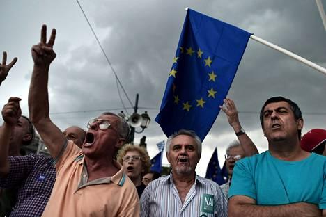 Mielenosoittajia parlamenttitalon edustalla Ateenassa tänään.