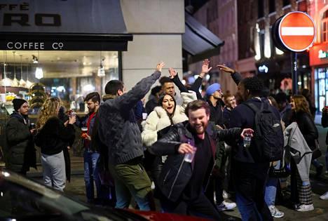 Pubien etujärjestön toiminnanjohtaja Emma McClarkin sanoi BBC:n haastattelussa maanantaina, että terassitarjoilu ei juuri paranna pubien talousahdinkoa. McClarkinin mukaan liki 2500 pubia on sulkenut ovensa pysyvästi sitten viime vuoden.
