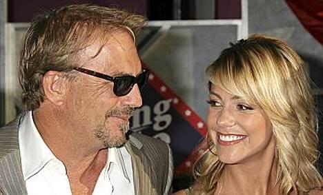 Kevin Costner on ollut naimisissa Christina Baumgartnerin kanssa vuodesta 2004.