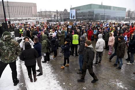 Lauantaiseen mielenosoitukseen osallistui satoja ihmisiä.