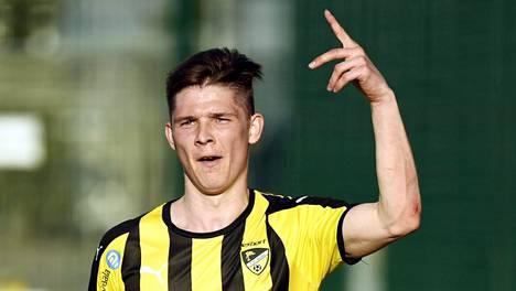 Hongan Jonas Levänen tuulettaa maaliaan IFK Mariehamnia vastaan.