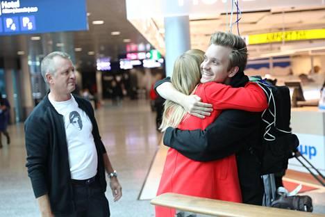 Jesse Vainikan isä Jouni Vainikka oli poikaansa vastassa vaimonsa Riikka Hardenin kanssa.