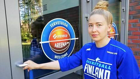 Koripalloilija Linda Lehtoranta ei saa koronarajoituksista johtuen harjoitella kotikaupunkinsa Kotkan Steveco-areenassa.
