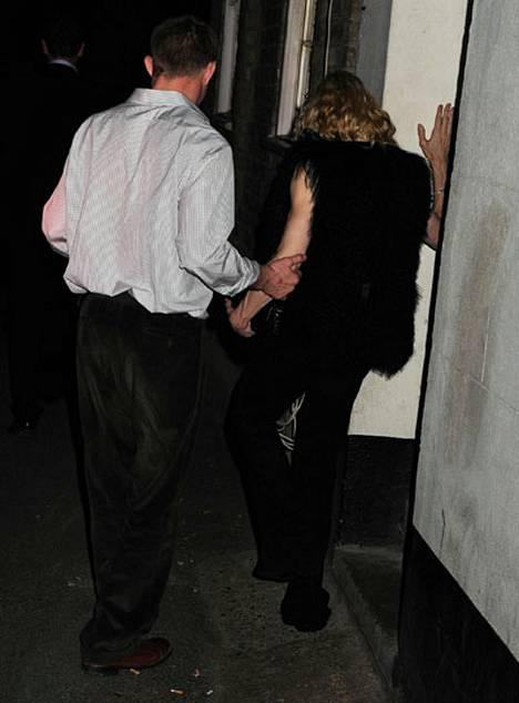 Guy Ritchie talutti kesken 40-vuotissyntymäpäiviensä huteran aviovaimonsa autoon ja palasi sitten pubiin bailaamaan.