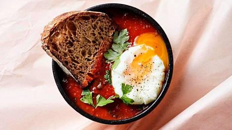 Kevyt ja raikas tomaattikeitto maistuu uppomunalla höystettynä.