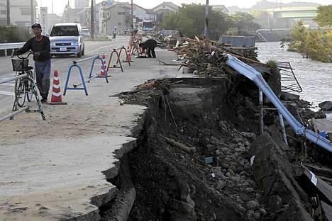 Joki on tulvinut yli äyräidensä Nachikatsuuran kaupungissa.