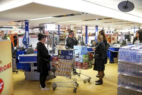 Aamuyhdeksältä Tax Free Shopin tunnelma vaikutti korona-ajasta huolimatta perinteikkäältä.